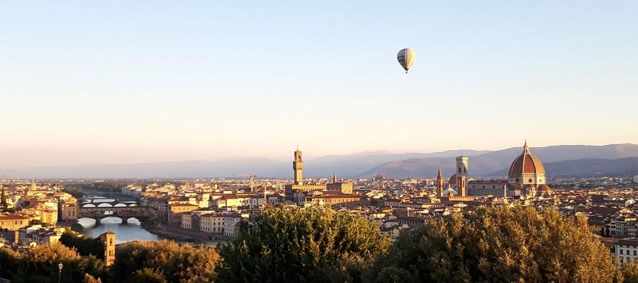 La mongolfiera in viaggio sopra Firenze